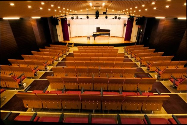 スタインウェイD型を備えたコンサートホール
