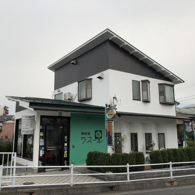 秦野郵便局本局そば。緑豊かな白い一軒家美容室。