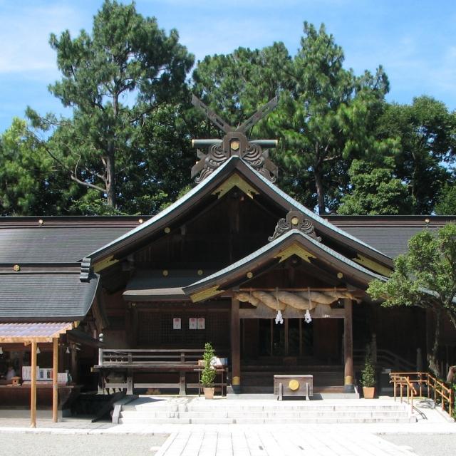 大社造りの荘厳な社殿。礼拝作法は2礼4拍手1礼。