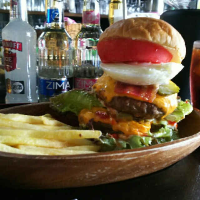 wBeefハンバーグに新鮮レタス・トマト・ベーコン・トロ~リチーズ・目玉焼きのアピアスペシャルバーガー